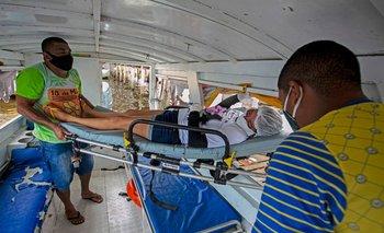 Un paciente con covid-19 es trasladado a un hospital en ambulancia