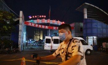 Los principales mercados de la capital china fueron cerrados para su desinfección tras la aparición de un nuevo foco de covid-19