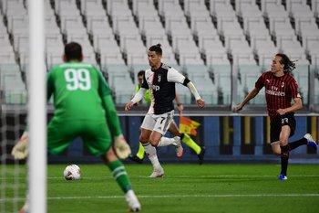 Diego Laxalt siguiendo a Cristiano Ronaldo