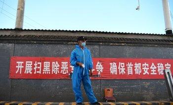 Un guardia de seguridad en un puesto de control en el mercado Xinfadi, donde surgió un nuevo foco de casos de coronavirus