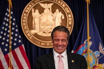 Andrew Cuomo reacciona con una risa durante una rueda de prensa en la Oficina del Gobernador del Estado de Nueva York