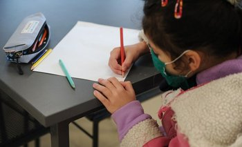 Alumnos reciben la noticia de que no deberán usar tapabocas en el aula