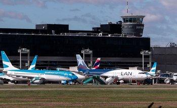 Un avión de Aerolíneas Argentinas y otro de Latam en Aeroparque, Buenos Aires, sin actividad por la pandemia del coronavirus
