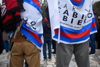 Militantes de Cabildo Abierto con banderas