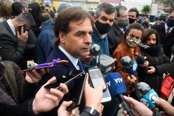 ARCHIVO / El presidente Luis Lacalle Pou hablando con periodistas en rueda de prensa