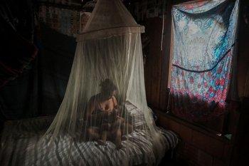 Una madre indígena amamanta a su hijo de dos años después de haber sido tratados con hierbas medicinales por síntomas de covid-19 en Manaos, Brasil