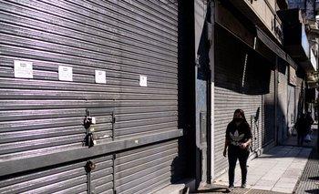Una mujer camina por las calles de Buenos Aires