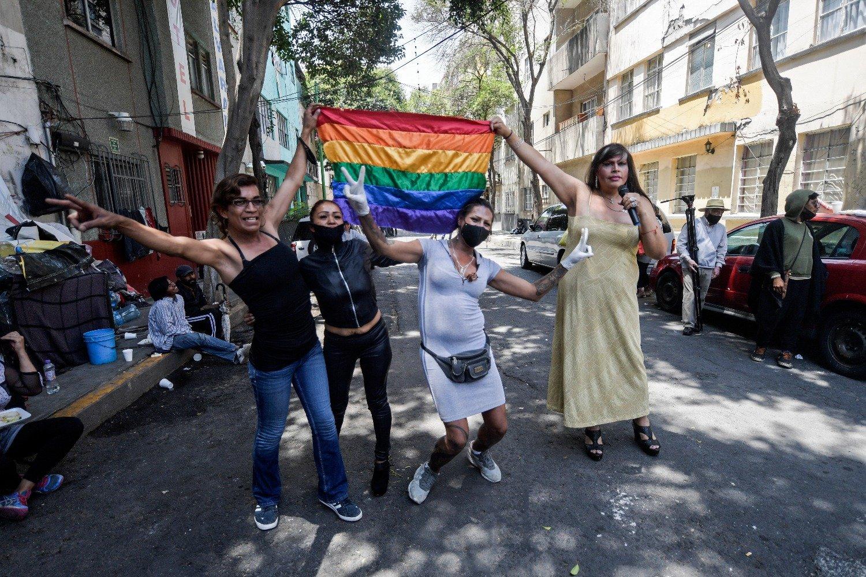 Thalía ondea la bandera LGBT y pide respeto a las diferencias (VIDEO)