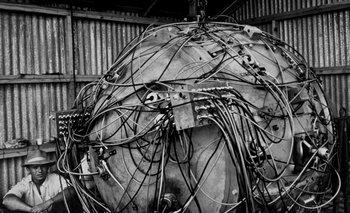 The Gadget (El Artilugio): La primera bomba atómica lista para ser detonada en el desierto de Nueva México, en junio de 1945