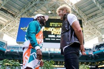 Floyd Mayweather y Logan Paul en la previa de su pelea