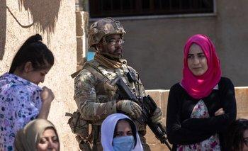 Un soldado estadounidense junto a ciudadanos del norte de Siria