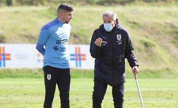 Federico Valverde y el Maestro Tabárez en una práctica celeste