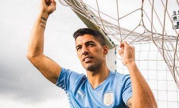 Suárez posa con la última camiseta celeste y las cuatro estrellas