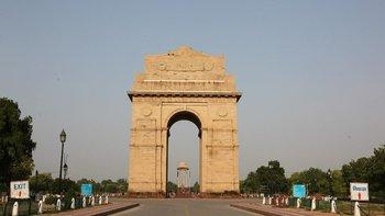 La constante niebla causada por la contaminación dio lugar a un cielo azul en Nueva Delhi.