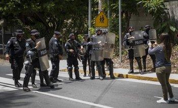 Policías frente a la casa de la opositora, Cristiana Chamorro