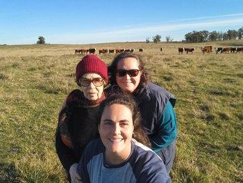 Suley, María Albertina y Olivia en su campo en Tacuarembó.