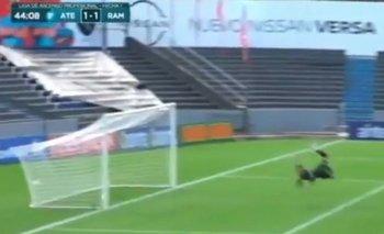 El gol que no le cobraron a Atenas: la pelota (en la foto atrás del palo) picó adentro y salió