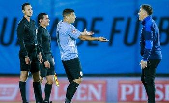 Miguel Roldán, el segundo asistente, al lado de Wilmar Rodlán, el árbitro del partido