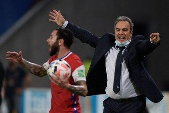 Martín Lasarte vivió el partido con intensidad