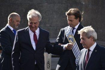 Cambio de gobierno: Vázquez acompaña a Lacalle Pou el 1 de marzo de 2020.