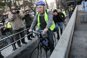 Daniel Martínez asume como intendente de Montevideo y llega al edificio en bicicleta, el 6 de julio de 2015.