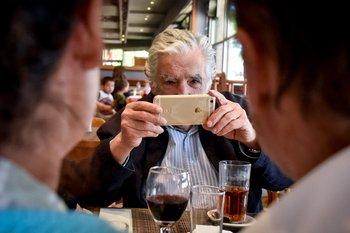 El día que José Mujica fue fotógrafo de Daniel Martínez en campaña,  el 25 de octubre de 2019.