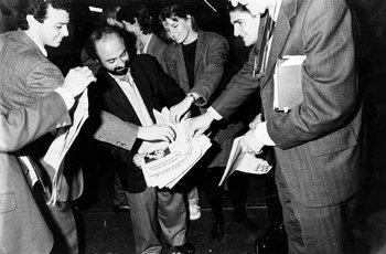 Los periodistas que trabajaron para el primer número de El Observador reparten los primeros ejemplares, el 22 de octubre de 1991.