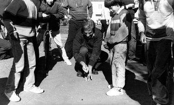 Tabaré Vázquez jugando a la bolita, 1994.