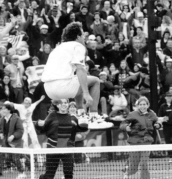El tenista uruguayo Diego Pérez saltando la red, en 1996.