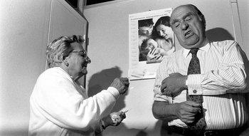 El presidente Julio María Sanguinetti se vacuna, 1997.