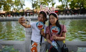 Dos jóvenes se sacan una selfie en Beijing.