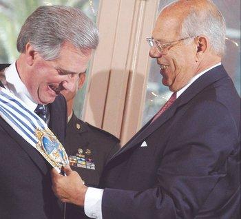 Jorge Batlle le entrega la banda a Tabaré Vázquez, en lo que significó un cambio de era. 2005