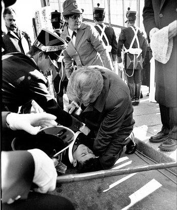El intendente Tabaré Vázquez atiende a un soldado que se desmayó en un acto. 1992