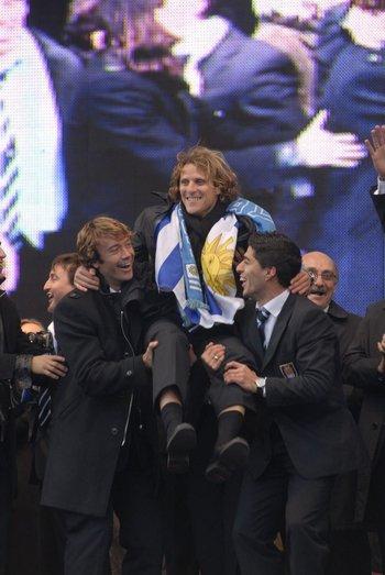 El Balón de Oro del Mundial de Sudáfrica, Diego Forlán, es levantado en andas por Lugano y Suárez. 2010