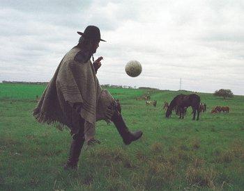 Jorge Larrañaga, vestido de gaucho, domina una pelota. 2000