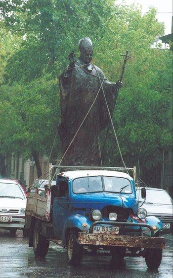 Trasladan la imagen de Juan Pablo II en un camión. 2000