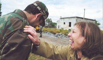 Ana Olivera pide a militares ayuda para la basura, en 2010.