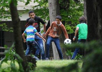 Llegan los refugiados sirios a Uruguay y los niños juegan al fútbol, en 2014.
