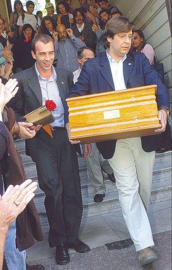 Javier Miranda con los restos de su padre, en 2006.