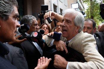 A la salida de un encuentro con gremiales, Tabaré Vázquez contestó directamente las críticas en medio de un griterío, el 19 de febrero de 2018.