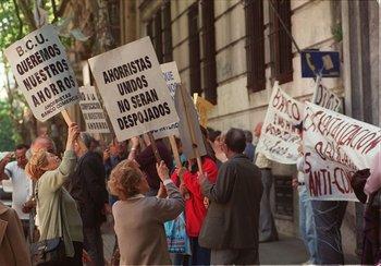Ahorristas protestan en el Centro de Montevideo, en 2002.