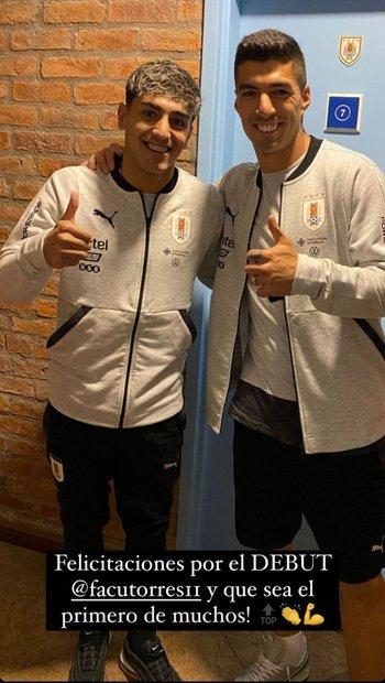 Luis Suárez y Facundo Torres juntos en el Complejo Uruguay Celeste; el salteño felicitó al futbolista de Peñarol