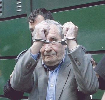 El exdicatador Gregorio Álvarez es detenido, en 2007.