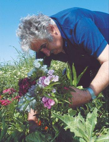 José Mujica cortando flores