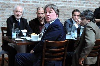 """López Mena, su hijo, """"el caballero de la derecha"""" y el ministro Fernando Lorenzo, en 2012. La foto más polémica de la última década."""