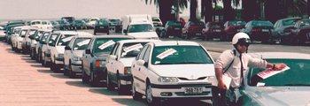 Inspector pone multas a autos estacionados en la rambla, en 1999.