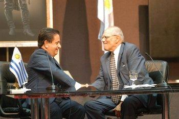 """Jorge Batlle pidió disculpas al presidente argentino Eduardo Dhualde luego de decir que los argentinos eran """"una manga de ladrones"""", en 2002."""