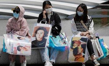 Fanáticas de Palabra de honor esperan por sus entradas al concierto en Suzhou