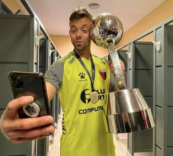 Leonardo Burián se tomó una selfie con la primera copa oficial que ganó Colón de Santa Fe en Primera división