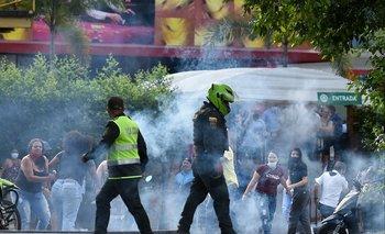 Enfrentamientos entre policías y manifestantes colombianos durante una nueva protesta contra el gobierno en Cali, el 4 de junio de 2021